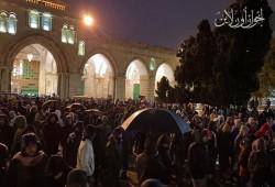 رغم اقتحامات العدو.. الآلاف يزحفون لأداء فجر الكرامة العظيم بالمسجد الأقصى