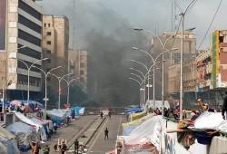 القوات العراقية تشتبك مع المتظاهرين وتحرق خيامهم بعد انسحاب أنصار الصدر