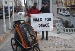 بريطاني مسلم يصل تركيا .. ويمشي راجلا في رحلة سلام إلى مكة