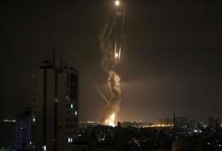 قصف صهيوني على قطاع غزة وإصابات عقب مواجهات في الضفة