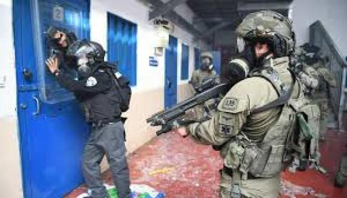 """إصابات بين الأسرى في """"عوفر"""" واقتحام للأقصى والاحتلال يهدم منشآت بالقدس"""