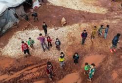 """حزن وغضب.. أطفال سورية يموتون بردًا: """"يا بحرًا من عجز"""""""