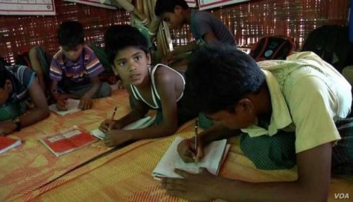 """بمدارس غير رسمية.. متطوعون يعلّمون أطفال الروهينجا """"القرآن والعلوم"""""""