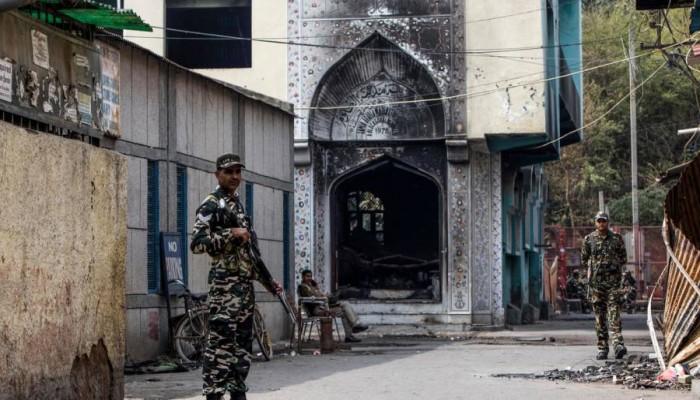 تحت حراسة مسلحة.. مسلمو الهند يؤدون صلاة الجمعة بعد انتهاكات دامية