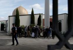 تهديد جديد لمسلمي نيوزيلندا.. صورة لمُقنّع يجلس خارج المسجد يلوّح بسلاح