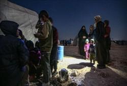 """أشبه بالموت.. أم سورية وبناتها يتجرعن """"قسوة الحياة"""" بمخيم لنازحي إدلب"""