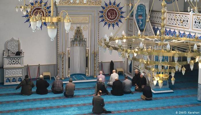 هكذا يؤدي المسلمون صلاة الجماعة بألمانيا في زمن كورونا