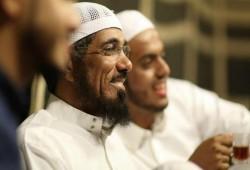 """نجل """"العودة"""" يحمّل السلطات السعودية مسئولية سلامة والده بعد تأثر حالته"""
