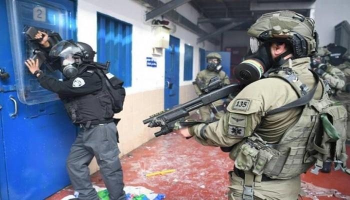 """قوات الاحتلال الصهيوني تقتحم سجن """"عوفر"""" وترش الأسرى بالغاز"""