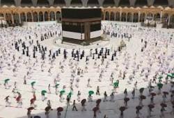 الحجاج يتوجهون إلى المسجد الحرام لأداء طواف الوداع