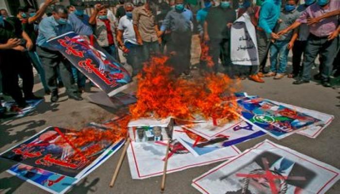 """بالتزامن مع لقاء التطبيع.. فلسطين المحتلة تحرق صور """"بن زايد"""" و""""بن خليفة"""""""