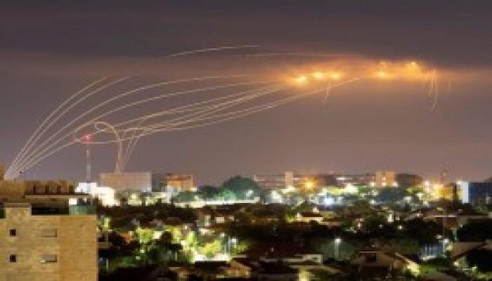"""المقاومة تحتفل بـ""""اتفاق التطبيع"""" على طريقتها.. صواريخ غزة تخترق القبة الحديدية"""