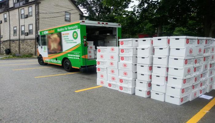 مسلمون بولاية نيوجيرسي الأمريكية يوزعون 400 حقيبة و500 وجبة للطلاب المحتاجين