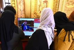 مطالب بخلع الحجاب في بطاقات المواصلات بعموم فرنسا