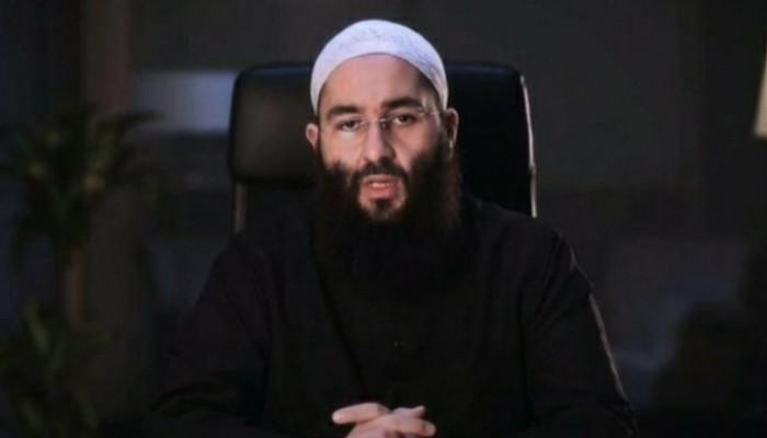 """غضب على """"التواصل"""" بعد اعتقال رئيس جمعية إسلامية بفرنسا بشكل مهين"""