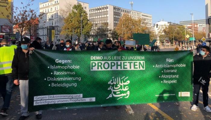 """عشرات المسلمين بـ""""هامبورج"""" الألمانية يتظاهرون ضد الرسوم المسيئة"""