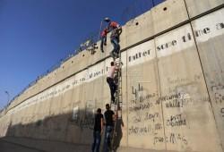 فلسطين المحتلة| دهم واعتقالات بالضفة وتحذيرات صهيونية من الاقتراب من جدار الفصل