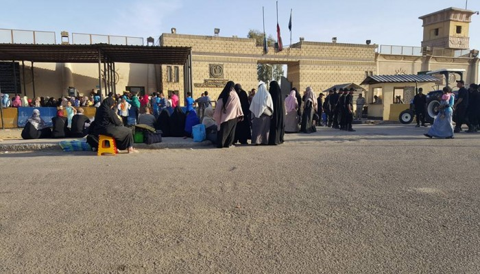 سجن المنيا.. تفتيش مهين وانتهاكات بحق أهالي المعتقلين