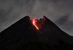 """إندونيسا.. بركان """"ميرابي"""" يطلق حُمما بجزيرة جاوة"""