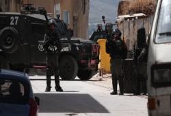 الاحتلال الصهيوني يعتقل 3 شبان فلسطينيين ويفجر مركبتين لهم