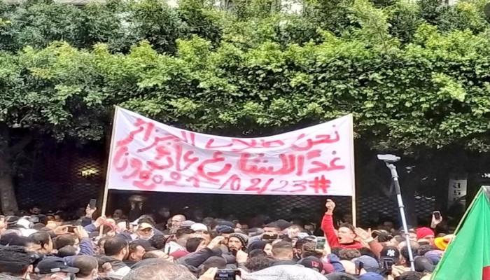 طلاب الجزائر يستأنفون حراكهم الثلاثاء .. والسلطة تعتقل 20 متظاهرا اليوم
