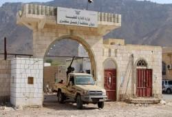 اليمن.. باخرة إماراتية تفرغ عربات عسكرية بميناء سقطرى
