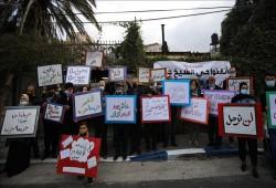 """القدس المحتلة.. فلسطينيون يتظاهرون ضد التهجير في """"الشيخ جراح"""""""