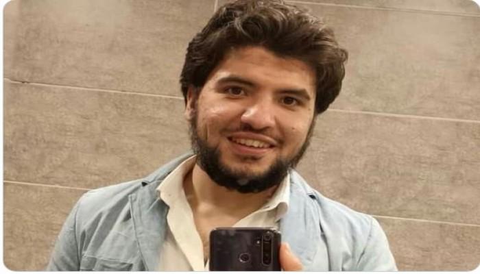 المعتقل إسلام عرابي في بيته بعد 50 يوما من قرار إخلاء سبيله