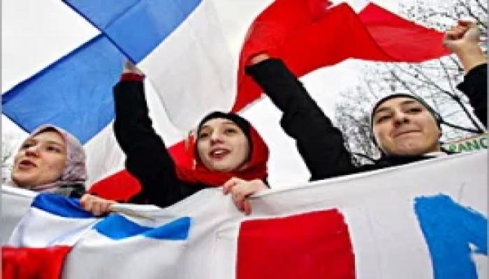 """""""الشيوخ الفرنسي"""" يوافق على مقترح حظر الصلاة في الجامعات"""