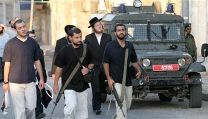 مستوطنون صهاينة يقتحمون متاجر فلسطينية بالخليل
