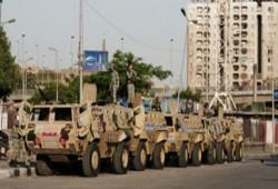 """دراسة لمعهد """"كارنيجي"""": السيسي يواجه خطر الرحيل رغم شرائه ولاء الجيش"""