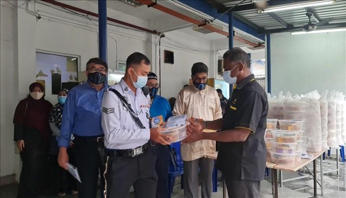 ماليزيا.. منظمات أهلية تلفت الأنظار لمعاناة مسلمي الأويجور بتوزيع الخبز