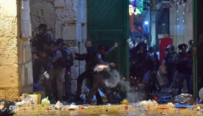 قوات الاحتلال تقتحم المسجد الأقصى.. ومواجهات عنيفة وعشرات الإصابات