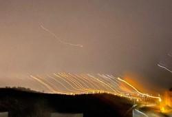 """بـ 130 صاروخًا.. """"القسام"""" تشعل النار في قلب العدو الصهيوني"""