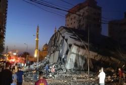 طائرات الاحتلال الصهيوني تدمر برجًا سكنيًّا عاليًا غرب مدينة غزة