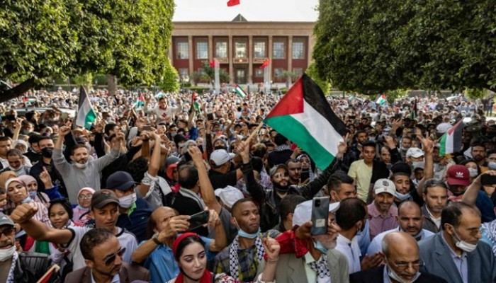 """تضامنا مع فلسطين.. مظاهرة حاشدة بالمغرب تهتف: """"الشعب يريد إسقاط التطبيع"""""""