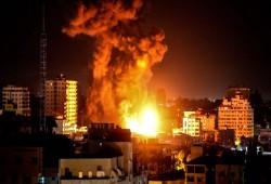 50 غارة للعدو الصهيوني على غزة فجر الثلاثاء استهدفت مباني مدنية