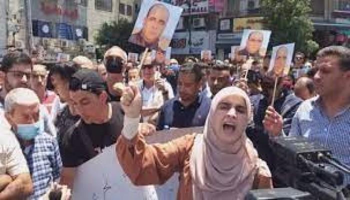 أمن السلطة برام الله يفض مسيرة منددة باغتيال المعارض نزار بنات