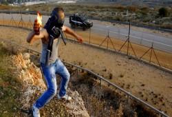 شبان يستهدفون حافلة للمستوطنين بزجاجات حارقة جنوب نابلس