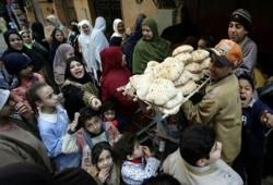 قائد الانقلاب يعلن زيادة سعر الخبز المدعم ويقول: انتهى زمن الرغيف أبو خمسة صاغ
